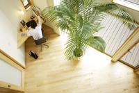 ホームオフィスでデスクに向かう男性俯瞰 11070026033| 写真素材・ストックフォト・画像・イラスト素材|アマナイメージズ