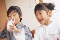 ミルクを飲む姉弟 11070026064| 写真素材・ストックフォト・画像・イラスト素材|アマナイメージズ