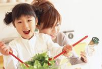 サラダを作る母と娘