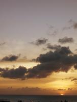 大空と海に沈む太陽
