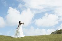 草原と大空と花嫁 11070026279| 写真素材・ストックフォト・画像・イラスト素材|アマナイメージズ
