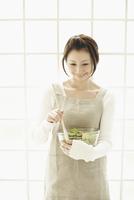 サラダボールを持つエプロンの女性 11070026360| 写真素材・ストックフォト・画像・イラスト素材|アマナイメージズ