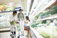 スーパーで買い物をする家族 11070026364| 写真素材・ストックフォト・画像・イラスト素材|アマナイメージズ