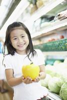スーパーでパプリカを持つ女の子 11070026365| 写真素材・ストックフォト・画像・イラスト素材|アマナイメージズ