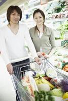 スーパーで買い物をする夫婦 11070026368  写真素材・ストックフォト・画像・イラスト素材 アマナイメージズ