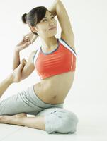 ヨガをする女性 11070026464| 写真素材・ストックフォト・画像・イラスト素材|アマナイメージズ