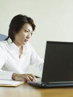 パソコンを操作するビジネスマン