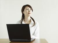 パソコンを操作するビジネス女性