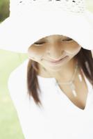 帽子をかぶる女の子アップ