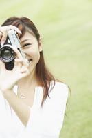 カメラを持つ笑顔の女の子 11070026560| 写真素材・ストックフォト・画像・イラスト素材|アマナイメージズ