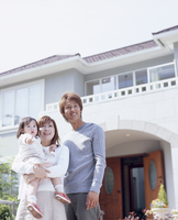 家の前のファミリー 11070026580| 写真素材・ストックフォト・画像・イラスト素材|アマナイメージズ