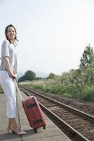 駅のホームにたたずむ女性 11070026631| 写真素材・ストックフォト・画像・イラスト素材|アマナイメージズ