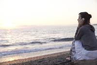海辺で音楽を聴く女性 11070026669| 写真素材・ストックフォト・画像・イラスト素材|アマナイメージズ