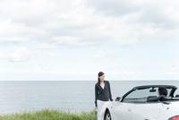 海と車とカップル 11070026681| 写真素材・ストックフォト・画像・イラスト素材|アマナイメージズ