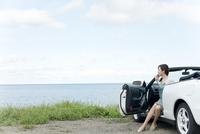 海と車と女性