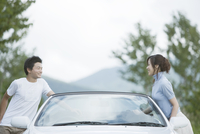 車とカップル 11070026724| 写真素材・ストックフォト・画像・イラスト素材|アマナイメージズ