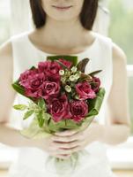 花束を持つ女性 11070026931| 写真素材・ストックフォト・画像・イラスト素材|アマナイメージズ
