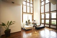 ソファに座りくつろぐ日本人ファミリー 11070027059| 写真素材・ストックフォト・画像・イラスト素材|アマナイメージズ