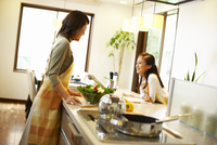 キッチンに立つ母親と女の子 11070027070| 写真素材・ストックフォト・画像・イラスト素材|アマナイメージズ