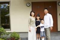 玄関ドアの前に立つ日本人ファミリー 11070027077| 写真素材・ストックフォト・画像・イラスト素材|アマナイメージズ