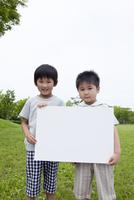 ホワイトボードを持つ男の子2人