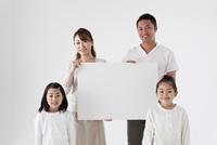 ホワイトボードを持つファミリー 11070027231  写真素材・ストックフォト・画像・イラスト素材 アマナイメージズ
