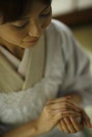 おにぎりを握る女性 11070027539| 写真素材・ストックフォト・画像・イラスト素材|アマナイメージズ