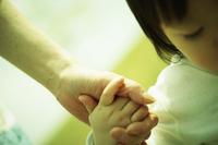 手をつなぐ女の子と母親 11070027603| 写真素材・ストックフォト・画像・イラスト素材|アマナイメージズ