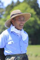 笑顔で遠くを眺める農夫 11070027672| 写真素材・ストックフォト・画像・イラスト素材|アマナイメージズ