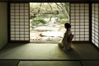 庭を眺める着物姿の女性 11070032150| 写真素材・ストックフォト・画像・イラスト素材|アマナイメージズ