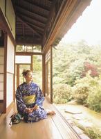 縁側に座る浴衣の女性 11070032906| 写真素材・ストックフォト・画像・イラスト素材|アマナイメージズ