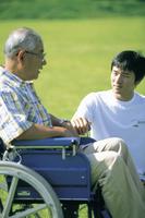 男性と車椅子のシニア男性