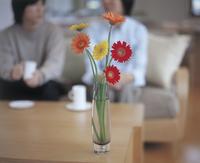 リビングのカップルとデーブルの花