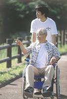 男性と車椅子のシニア男性 11070033702  写真素材・ストックフォト・画像・イラスト素材 アマナイメージズ