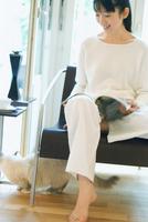ソファで本を開く女性 11070034624| 写真素材・ストックフォト・画像・イラスト素材|アマナイメージズ