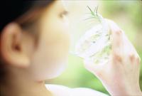 ハーブティーを飲む女性アップ 11070034645  写真素材・ストックフォト・画像・イラスト素材 アマナイメージズ