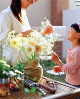 花瓶に花を生ける女の子と母親 11070034726| 写真素材・ストックフォト・画像・イラスト素材|アマナイメージズ