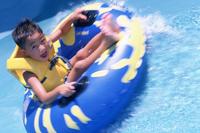 浮き輪に乗る水着の男の子 11070034840| 写真素材・ストックフォト・画像・イラスト素材|アマナイメージズ