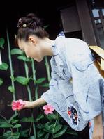 朝顔を手にとる浴衣の女性 11070035559| 写真素材・ストックフォト・画像・イラスト素材|アマナイメージズ
