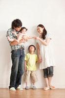 赤ちゃんを抱く4人家族のポートレート 11071000341| 写真素材・ストックフォト・画像・イラスト素材|アマナイメージズ
