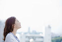 街並を眺める若い女性