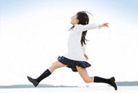 ジャンプする女子高校生 11071001488  写真素材・ストックフォト・画像・イラスト素材 アマナイメージズ