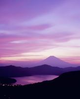 箱根大観山より夕焼けの芦ノ湖と富士山