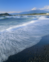 沼津市志下海岸の波と富士山