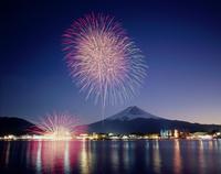 河口湖冬花火と富士山 11076000192| 写真素材・ストックフォト・画像・イラスト素材|アマナイメージズ