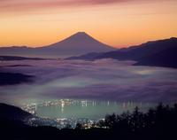 高ボッチ高原からの諏訪湖と朝焼け富士山