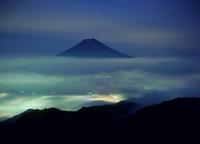 富士河口湖町三ッ峠からの夜景と雲海