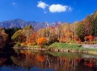 栄村秋山郷 天池の紅葉と鳥甲山 11076000307| 写真素材・ストックフォト・画像・イラスト素材|アマナイメージズ