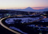須玉から中央高速道路と朝焼けの富士山 11076000433| 写真素材・ストックフォト・画像・イラスト素材|アマナイメージズ