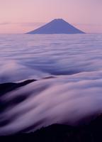 国師ヶ岳より雲海と朝焼けの富士山